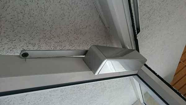 התקנת מחזיר דלת עם מסילה