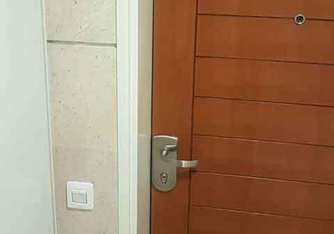 פורץ בגבעתיים דלת פלדלת עם ציפוי עץ