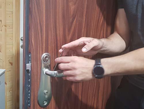 פורץ מנעול דלת פלדלת