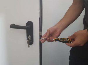 פורץ דלתות בפתח תקווה מקצועי וזמין